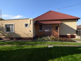 3342 - Na predaj komfortný a úsporný 4-izbový rodinný dom v Kolárove