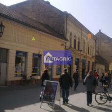2101 - Obchod na predaj v Komárne v centre s celkovou plochou 337 m2 (so stabilným nájomcom)