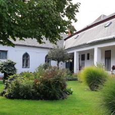 A3165 - Na predaj zachovalý meštiansky rodinný dom veľkým pozemkom v centre mesta Komárno